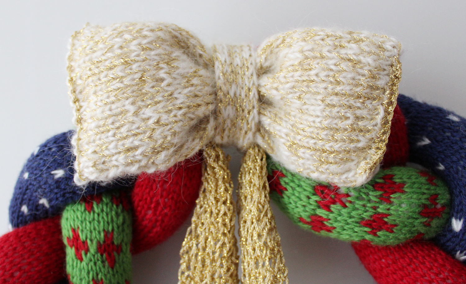 knitted-christmas-wreath-detail