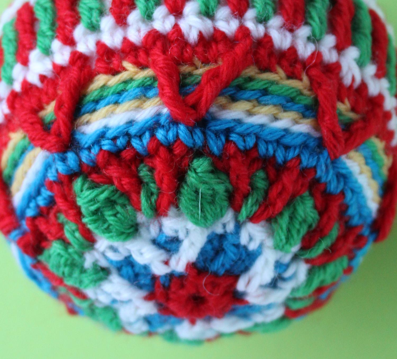 detail-overlay-crochet-christmas-ball